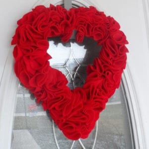 Easy DIY felt wreath to make for Valentine's Day.