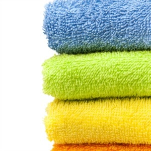 Easy DIY laundry hacks to make your bath towels fluffy again. Find out how hotels keep their bath towels so white and soft!